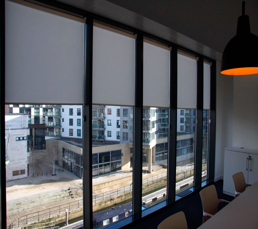 Estores opacos enrollables con tejidos black out for Estores para oficinas
